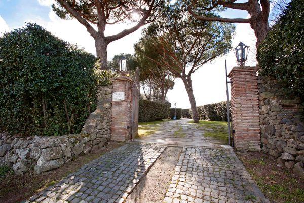 ingresso-villa2D355541-7FD6-A036-5A4C-A69A6CA6A2F5.jpg